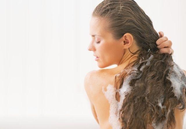 el Champú reparador es una excelente solución para recuperar el pelo dañado
