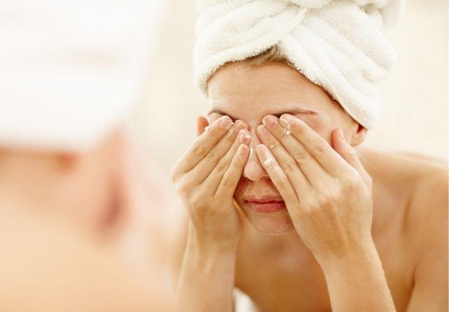 Tras el uso de la mascarilla es esencial lavar el cutis