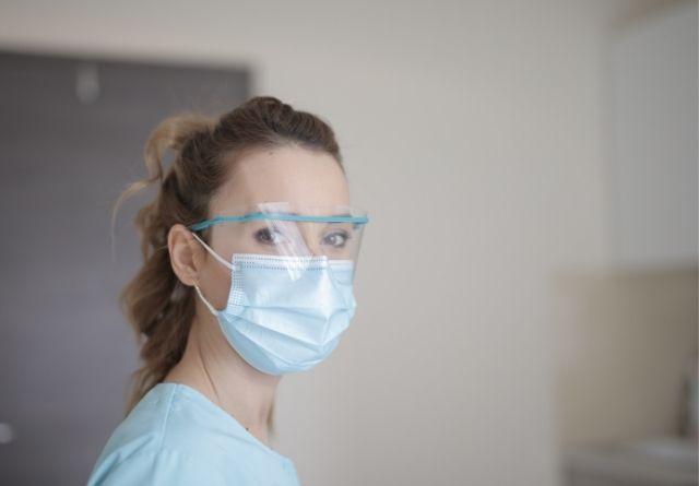los profesionales sanitarios son los más afectados por los granos en la piel debido a las mascarillas