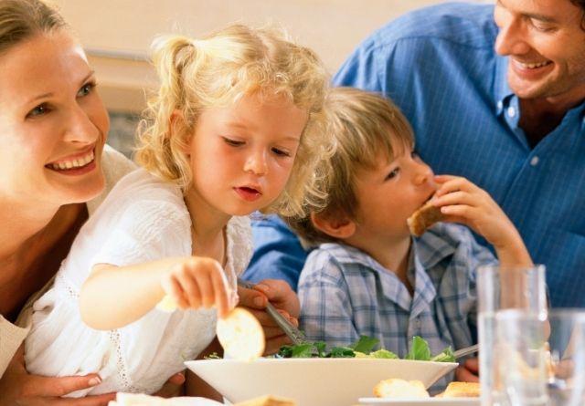 Comer en familia es muy recomendable para una alimentación infantil saludable